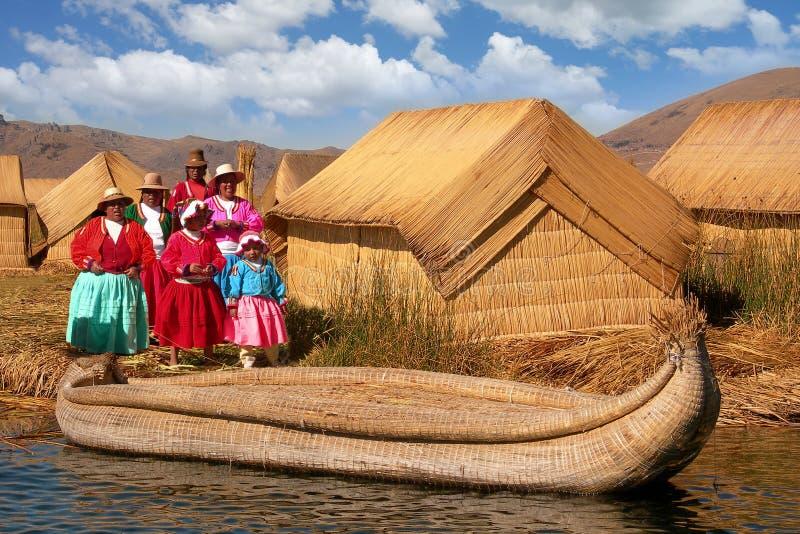 妇女Uros里德小屋的喀喀湖浮动海岛 免版税图库摄影