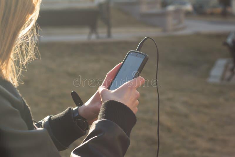 妇女witn smarthone,美好的sumlight背景画象  免版税库存图片