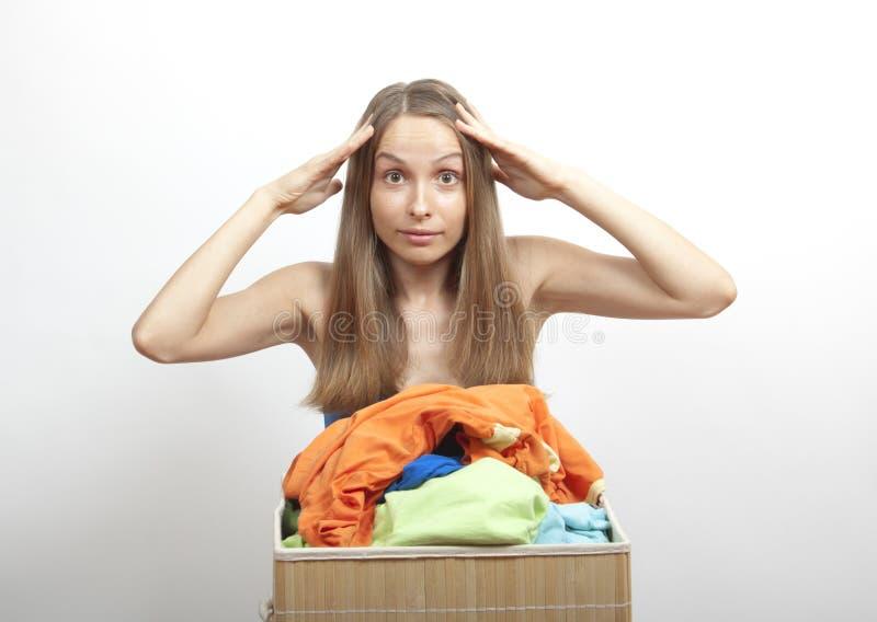 妇女wth洗衣店 免版税库存照片