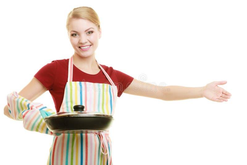 主妇或厨师厨房围裙的与长柄浅锅煎锅 免版税图库摄影