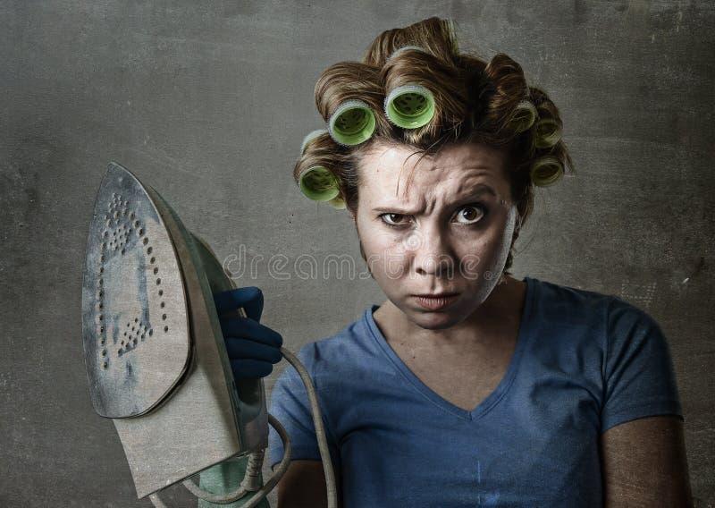 主妇沮丧哀伤的乏味和被注重的举行的铁恼怒和 免版税图库摄影