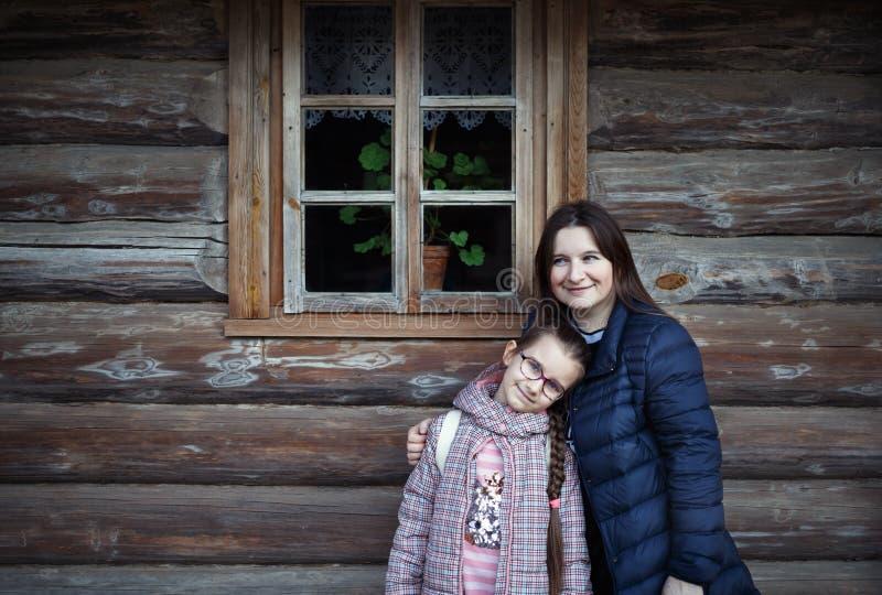 妈咪和女儿拥抱 库存图片