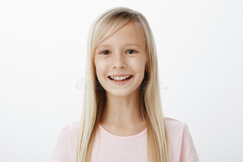 妈妈介绍女儿给她的朋友儿子 友好的无忧无虑的可爱的孩子画象与金发的,广泛地微笑 免版税库存照片