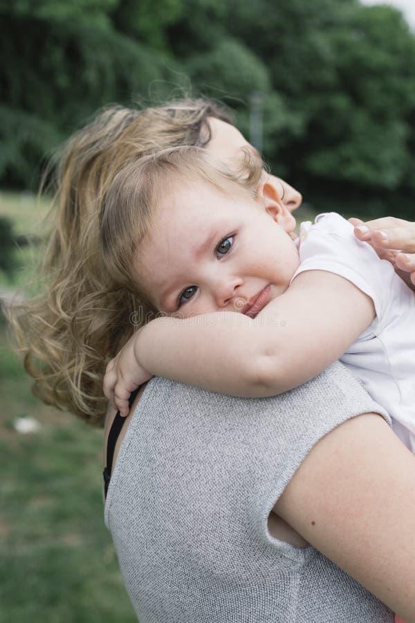 妈妈保留一个小女孩 免版税库存图片