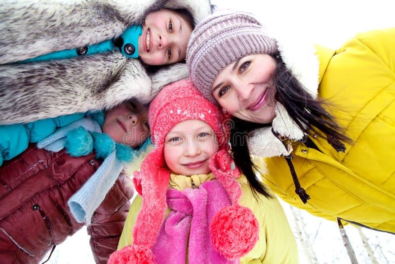 妈妈和三个女儿特写镜头画象在步行的冬天 免版税库存照片