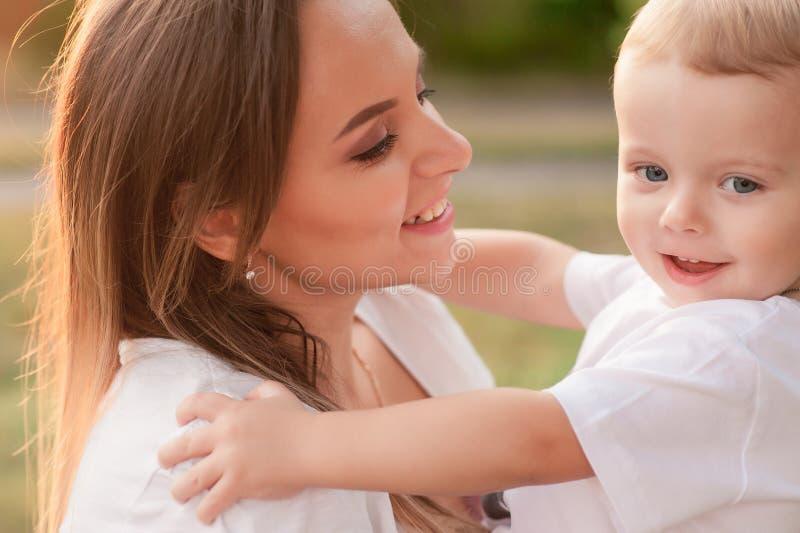 妈妈和儿子有一个孩子的在夏天停放 免版税库存图片