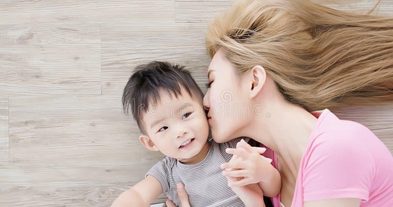 妈妈和儿子说谎的地板 库存照片
