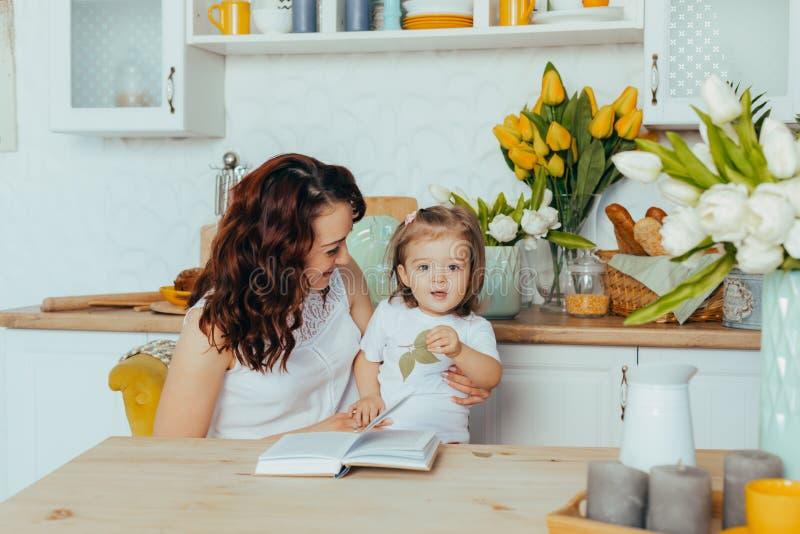 妈妈和女儿在厨房里 库存图片