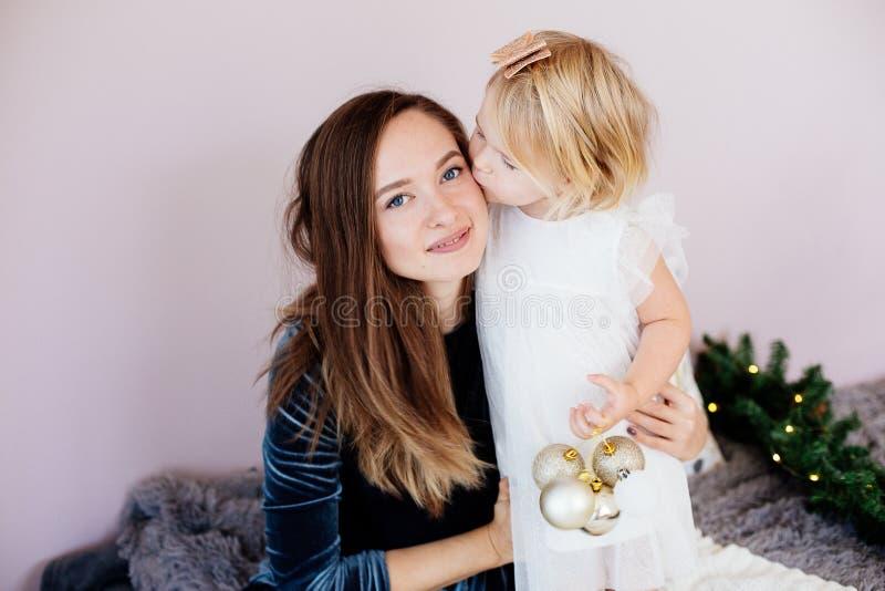 妈妈和女儿在新年假日 库存照片