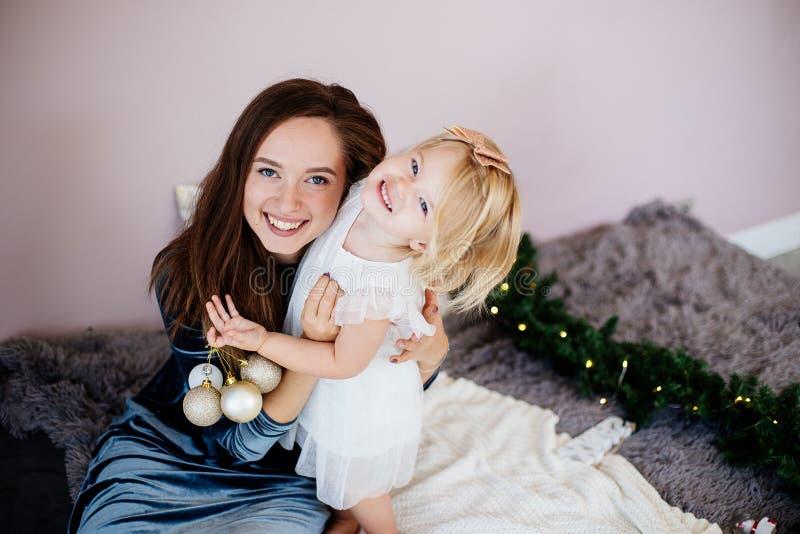 妈妈和女儿在新年假日 免版税图库摄影