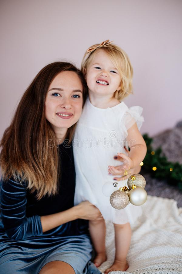 妈妈和女儿在新年假日 图库摄影
