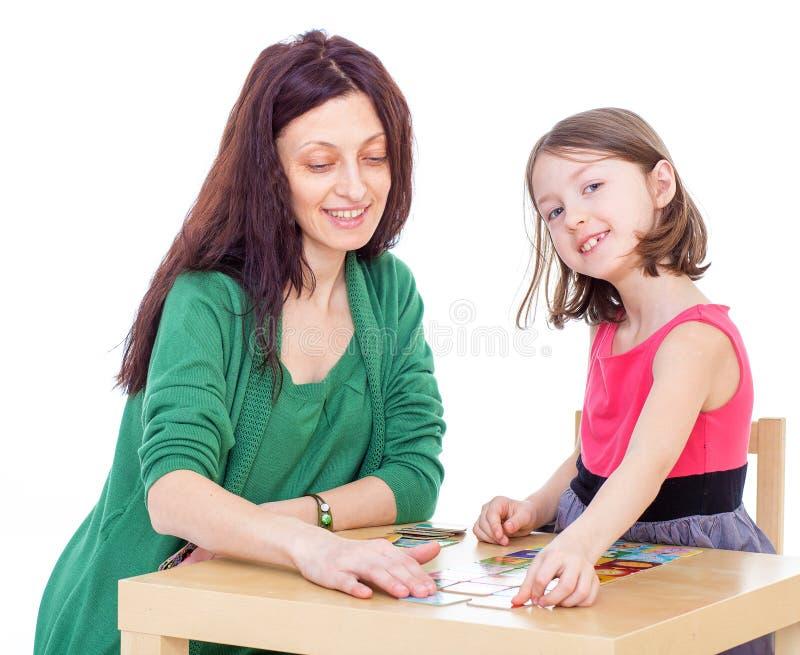 妈妈和女儿在桌上。 免版税库存图片