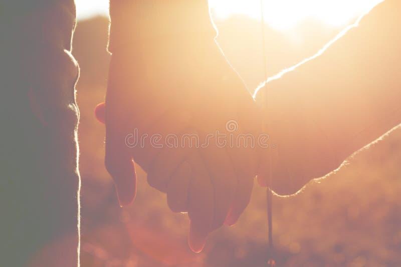 妈妈和女儿握手 库存照片