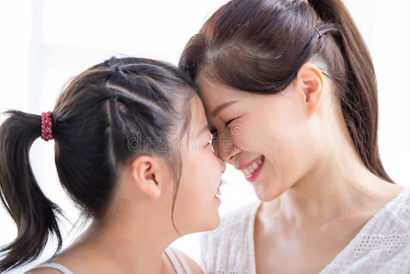 妈妈和女儿注视toghether 免版税库存照片