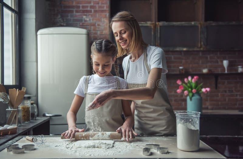 妈妈和女儿烘烤 免版税库存照片