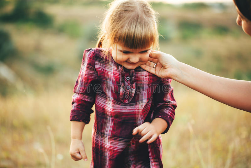 妈妈和女儿自然的 库存照片