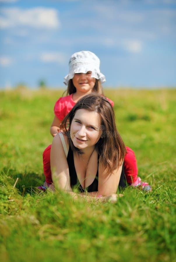 妈妈和女儿草甸的 库存照片