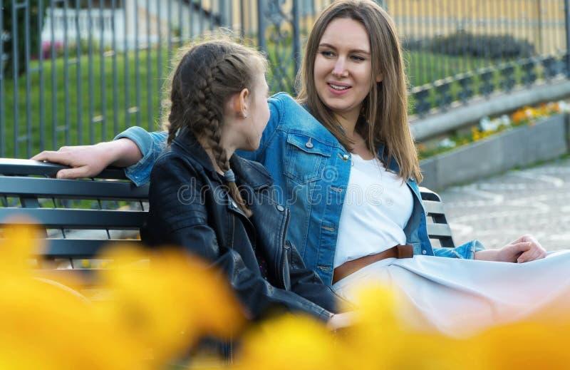 妈妈和她女儿谈话 免版税图库摄影