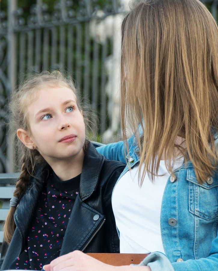 妈妈和她女儿谈话 免版税库存照片