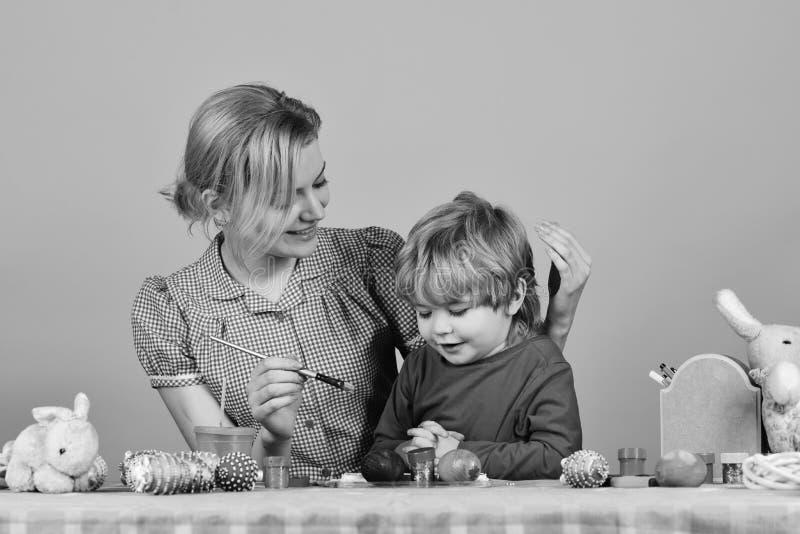 妈妈和孩子一起花费时间 复活节庆祝 库存图片