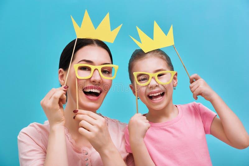 妈妈和孩子拿着冠 免版税库存图片