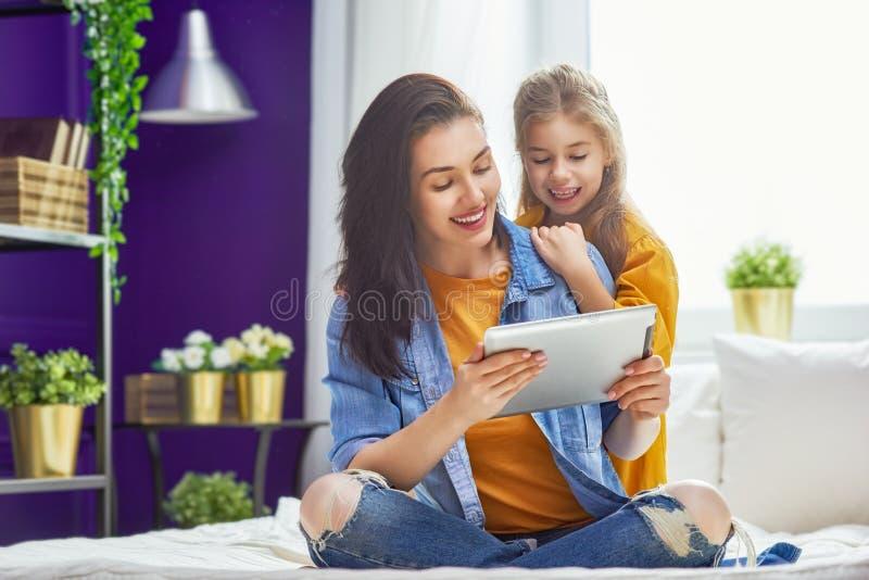 妈妈和孩子有片剂的 免版税图库摄影
