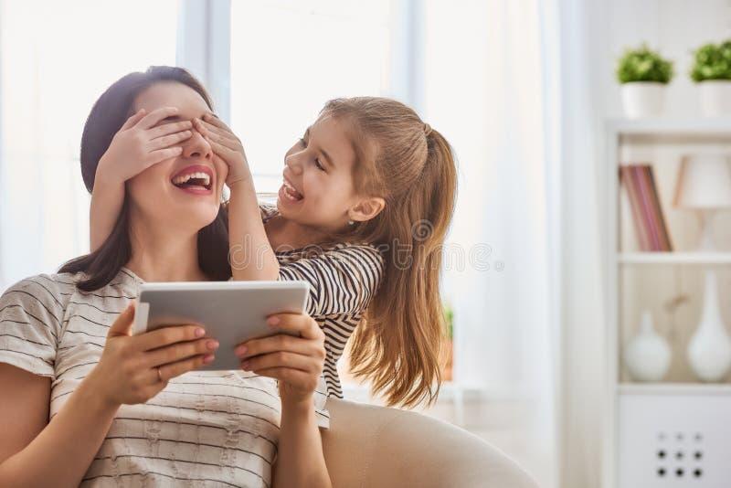 妈妈和孩子有片剂的 库存照片