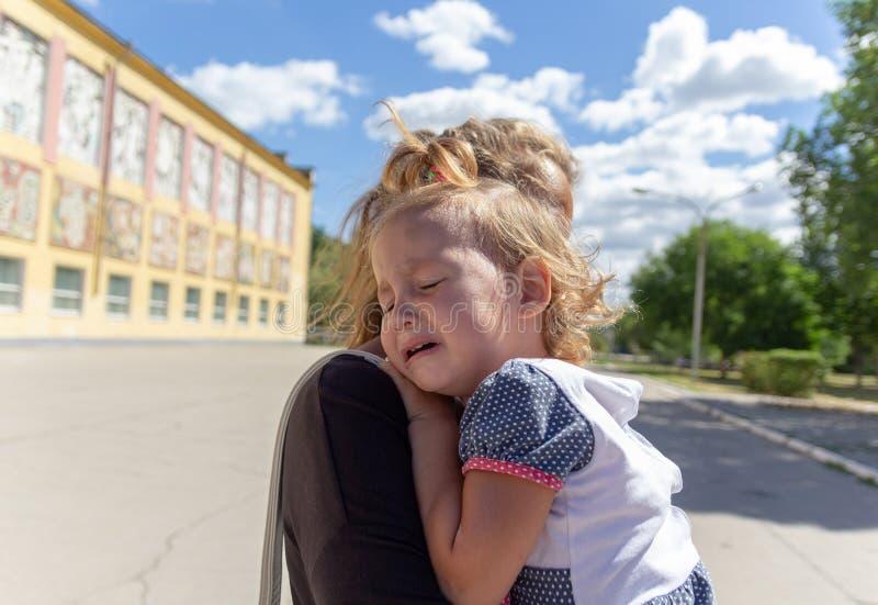 妈妈安慰婴孩 婴孩哭泣 免版税库存照片