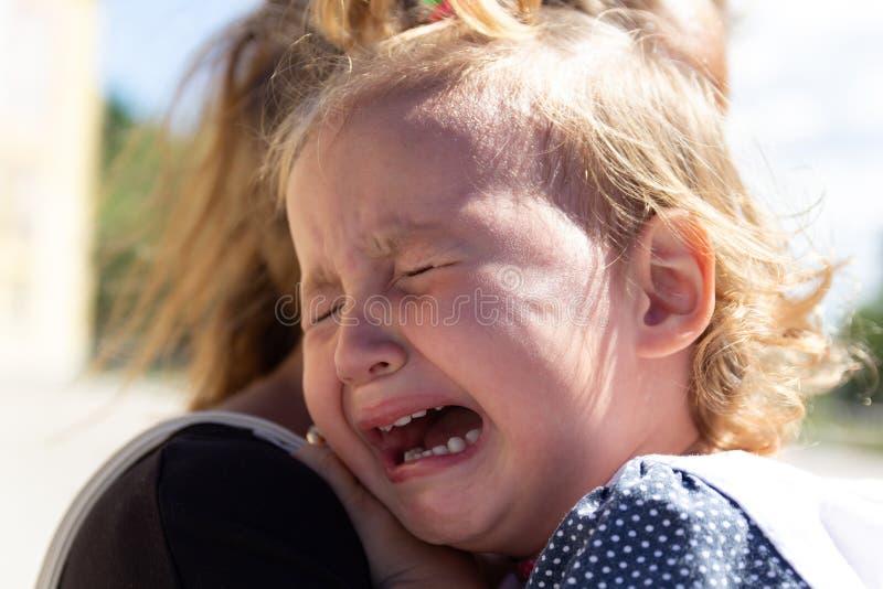 妈妈安慰婴孩 婴孩哭泣 库存图片