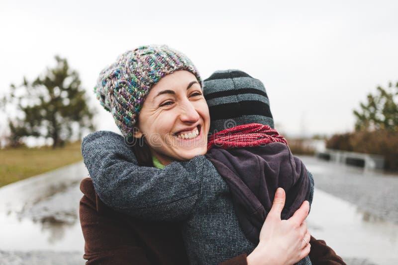 妈妈拥抱她的儿子 库存照片
