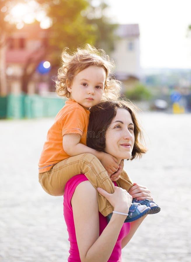 Download 妈妈旅行与孩子 库存照片. 图片 包括有 游览, 喜悦, 妈妈, 子项, 系列, 父亲, 乐趣, 运载, 童年 - 72366674
