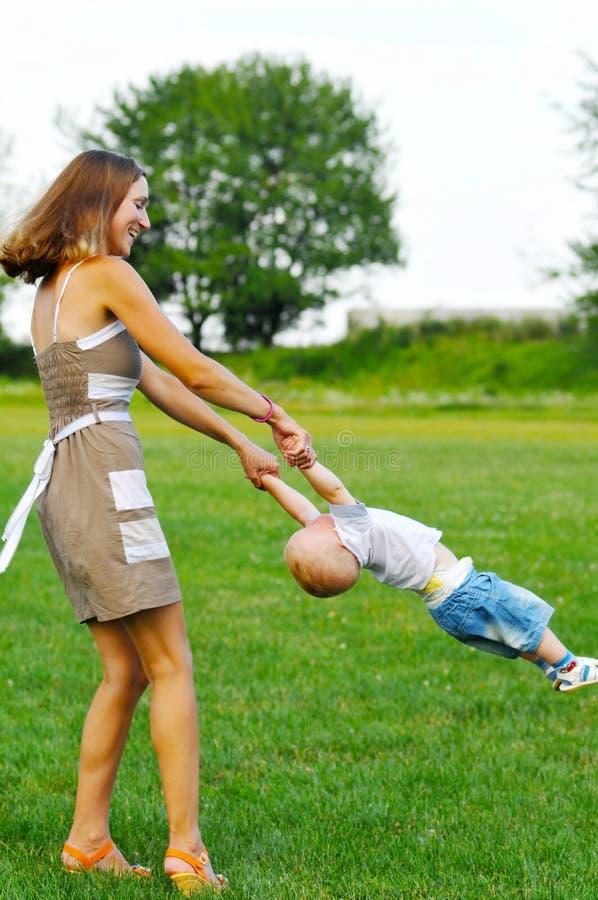 妈妈演奏儿子 图库摄影