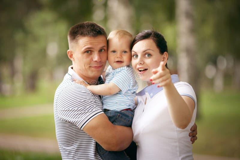 妈妈爸爸和婴孩在公园 库存图片