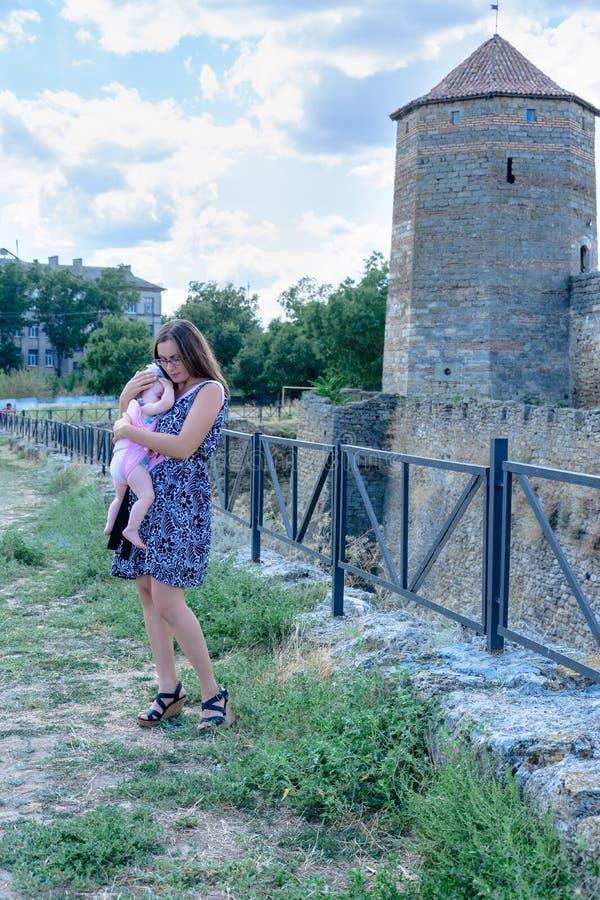 妈妈装饰了与在阿克曼堡垒的墙壁上的一个小女儿 免版税库存图片