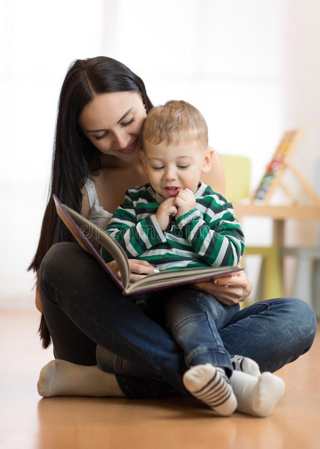 妈妈读与孩子 库存图片
