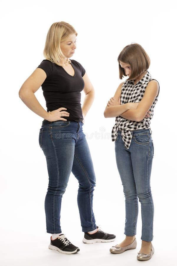 妈妈责骂青少年的女儿,尖叫 库存图片