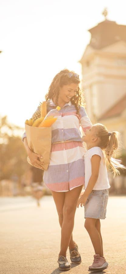 妈妈,什么是我们的今天的计划? 免版税库存照片