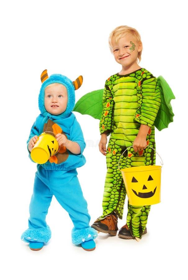 妖怪服装的两个兄弟在万圣夜 免版税库存照片