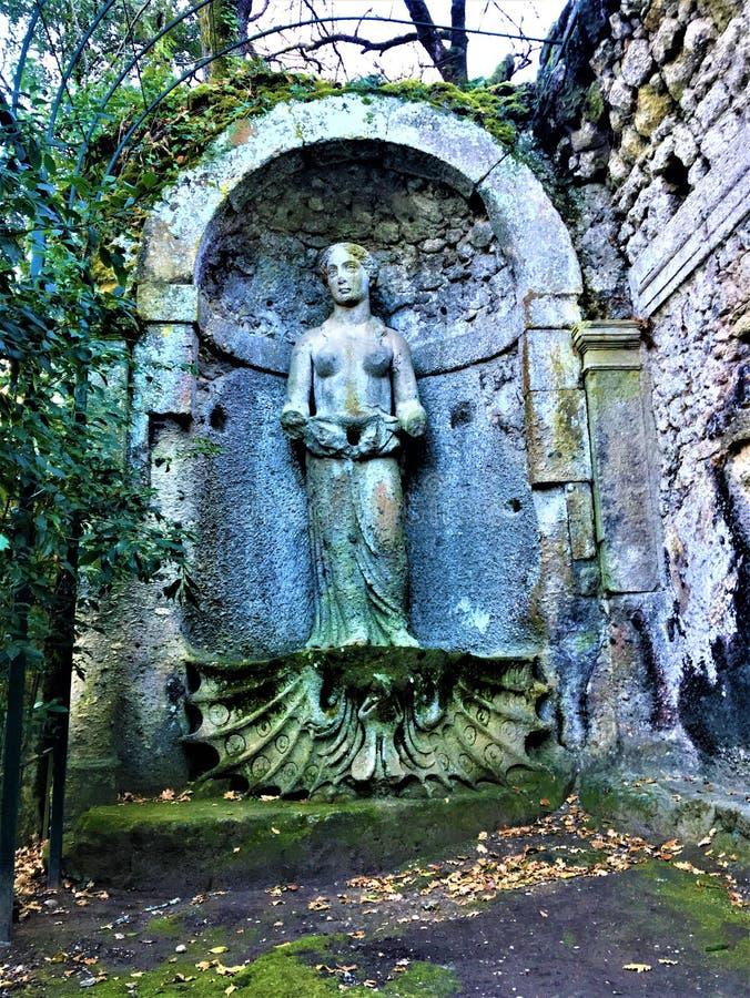 妖怪的公园,神圣的树丛,博马尔佐庭院  美之女神和秀丽 免版税库存照片