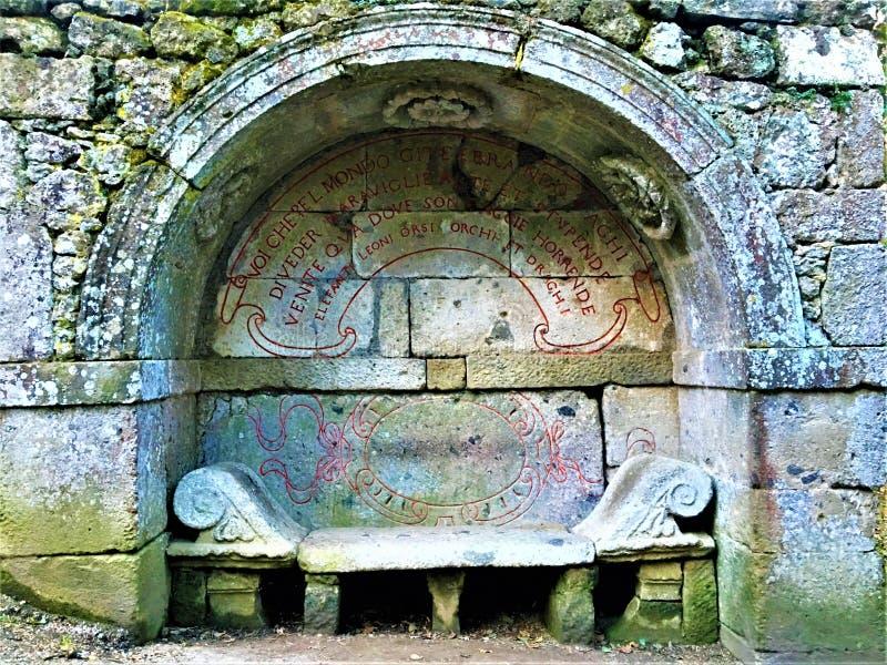 妖怪的公园,神圣的树丛,博马尔佐庭院  Etruscan长凳和方术 库存图片