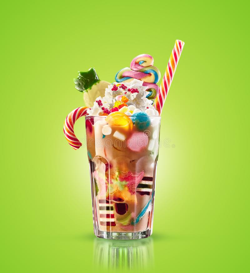 妖怪震动,被隔绝的离经叛道之人的焦糖震动 与甜点的五颜六色,欢乐奶昔鸡尾酒,果冻 色的焦糖 免版税库存图片