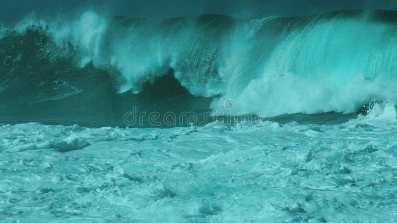 妖怪Waimea海湾抛售集合波浪 库存图片