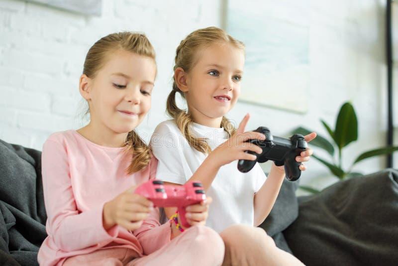 妹画象有一起打电子游戏的gamepads的 免版税库存图片