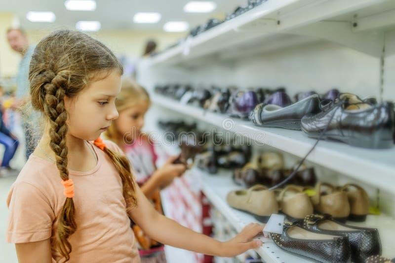 妹选择鞋子 免版税库存照片