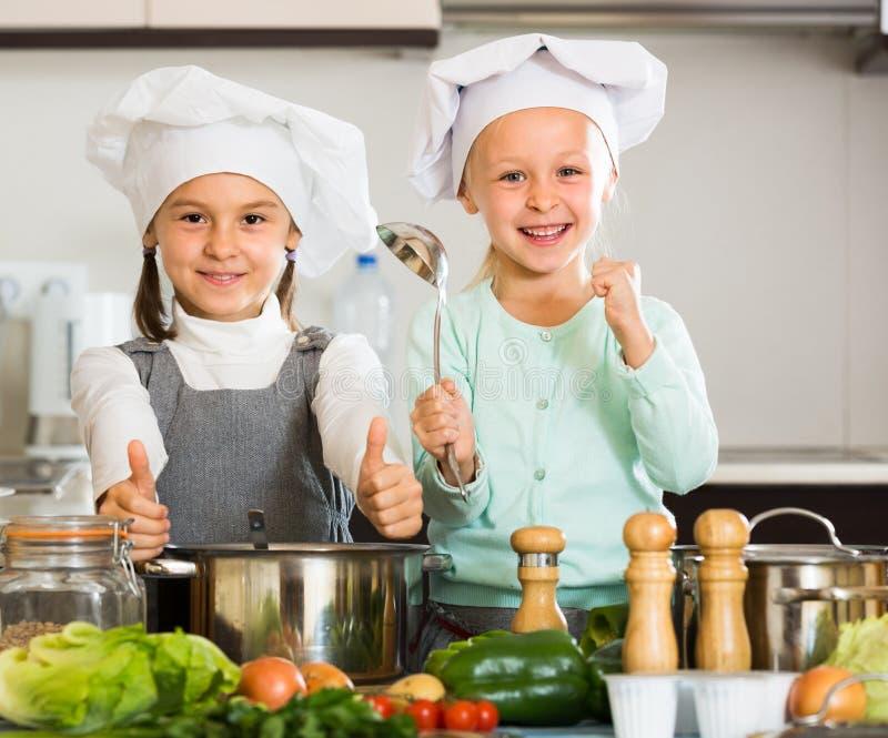 妹画象厨房的 免版税库存照片