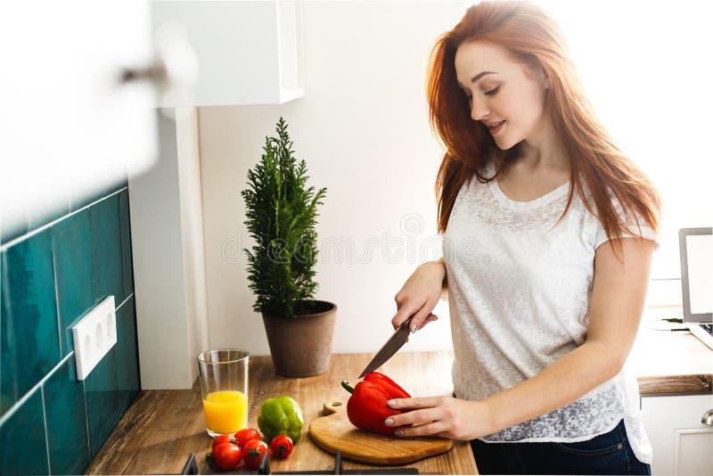 妻子切开菜做沙拉,早餐,午餐,晚饭 免版税图库摄影