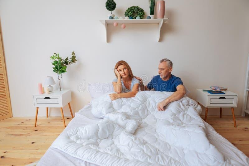 妻子感觉哀伤在与丈夫的争吵以后早晨 免版税库存照片