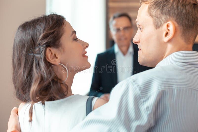 妻子感觉感激对丈夫,当买新的公寓时 免版税库存照片