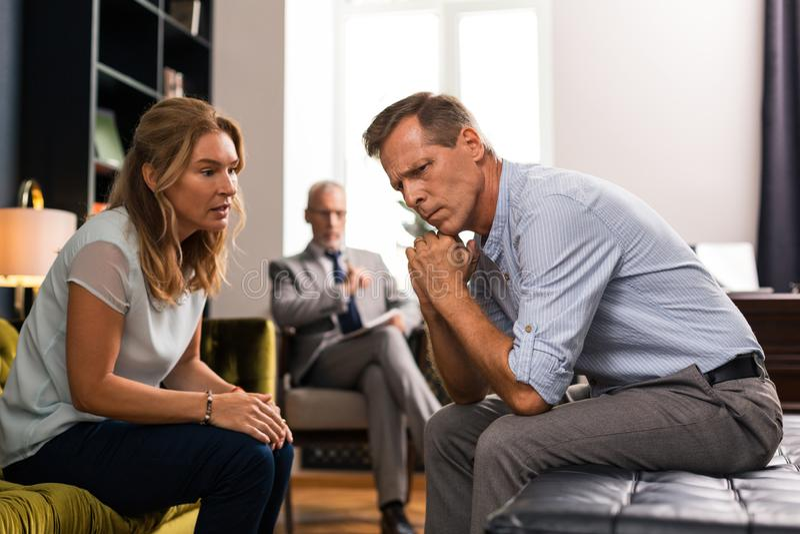 妻子谈话与她的丈夫在会议期间 免版税图库摄影