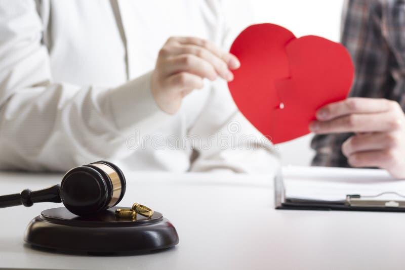 妻子,丈夫签署的离婚判决的手,溶解,取消婚姻,合法分居文件,归档 库存图片